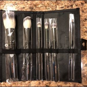 Crown makeup brush set with case-NWT